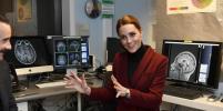 Кейт Миддлтон изменила причёску и посетила лабораторию нейробиологии