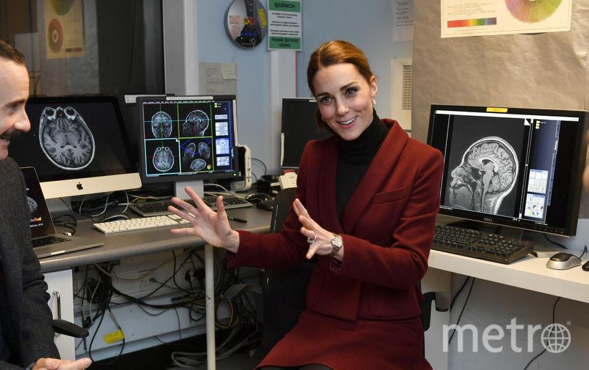 Во время визита в исследовательский центр в Лондоне. Фото Getty