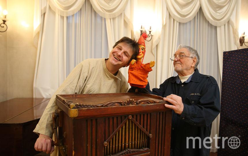 Андрей Шавель (справа) со своим внуком и любимой куклой. Фото Василий Кузьмичёнок