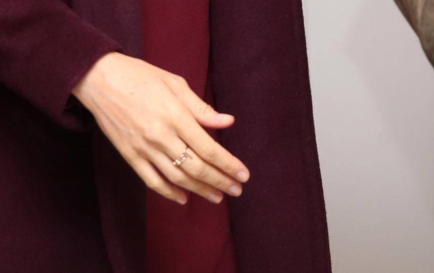 Меган Маркл надела два кольца. Одно - свадебное, на левой руке, другое - слово ЛЮБОВЬ. Фото http://www.meredithhahn.com/