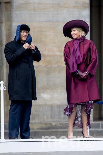 Королева Нидерландов улыбнулась, увидев шапку-ушанку. Фото Getty
