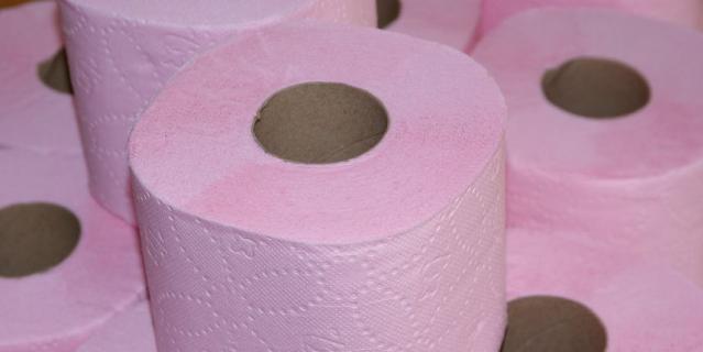 Специалисты опровергли миф о том, что цветная и ароматизированная туалетная бумага может вызывать раздражение или окрашивать кожу.