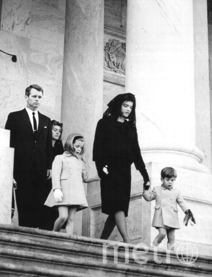 Члены семьи выходят из американского Капитолия после церемонии прощания с президентом 24 ноября 1963 года. Фото Getty