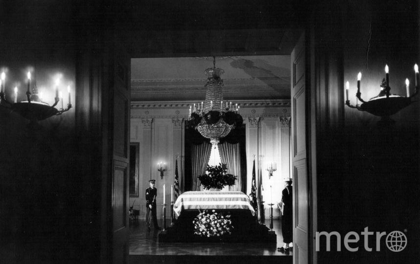 Гроб с телом Кеннеди в Белом доме. Фото Getty