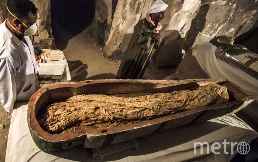 В чёрном деревянном саркофаге обнаружили хорошо сохранившуюся мумию. Фото AFP