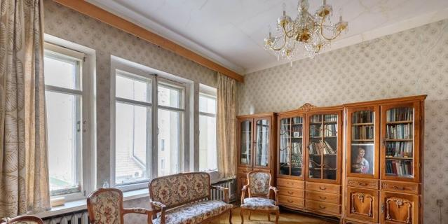 Квартира, где жил писатель Фёдор Абрамов, находится на Петровской набережной, 8.