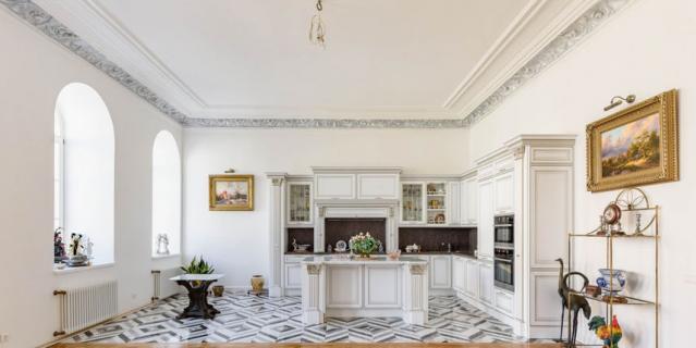 Квартира на Фурштатской, 33, общей площадью 105 кв. м находится в доходном доме купцов Кононовых. В 1873–1883 гг. в ней жил композитор Николай Римский-Корсаков.