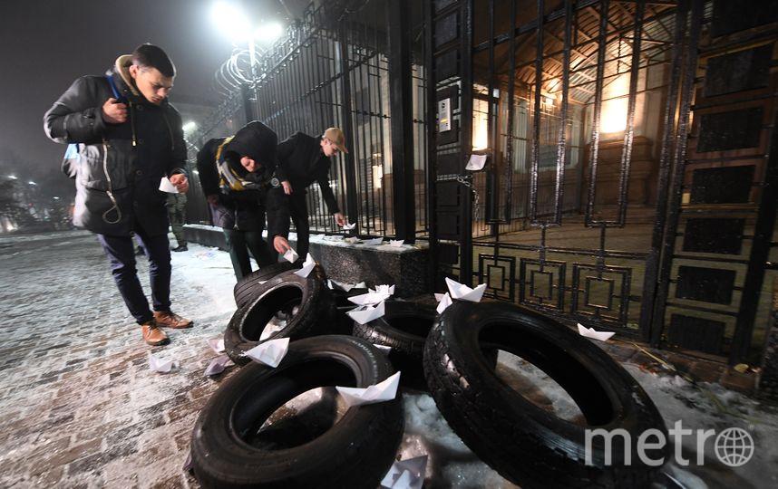 Радикальные активисты пытались произвести атаку на здание российского посольства в Киеве. Фото AFP