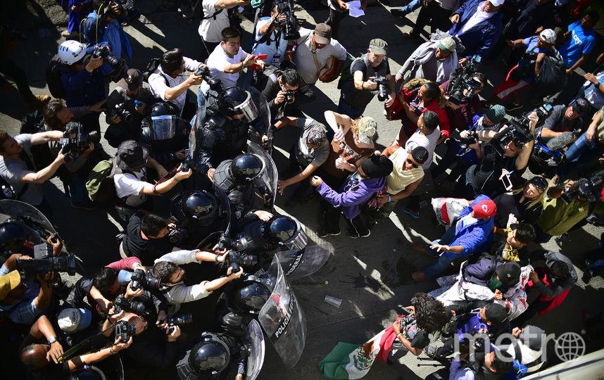 500 мигрантов попытались прорваться через границу США. Фото AFP