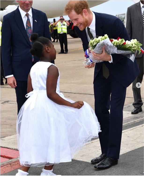 Принца встретили танцами и цветами в Замбии. Фото https://twitter.com/KensingtonRoyal