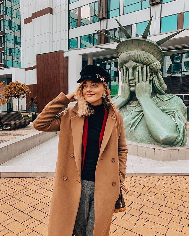 Одни считают, что статуя на Нижней Красносельской стыдится, другие – что прячется. Фото Instagram @aleksandra_b