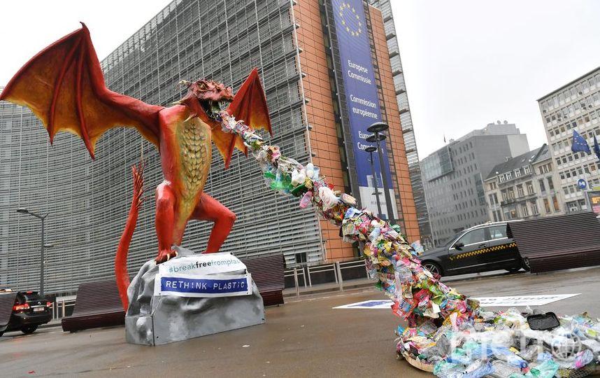 Статую установили перед зданием Европейской комиссии в Брюсселе. Фото AFP