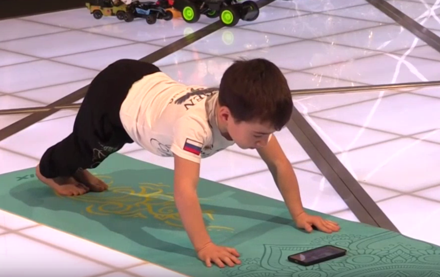 Пятилетний Рахим Куриев установил мировой рекорд по отжиманию. Фото скриншот видео vk.com/mash
