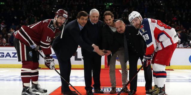 На вбрасывании перед игрой были наши прославленные хоккеисты: Владимир Юрзинов и Валерий Каменский.