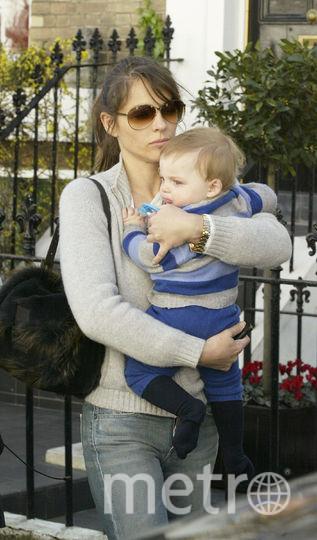 Элизабет Хёрли с сыном Дэмианом в 2003 году. Фото Getty