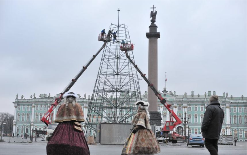 "Архив фото - установка ёлки на Дворцовой. Фото ""Metro"""