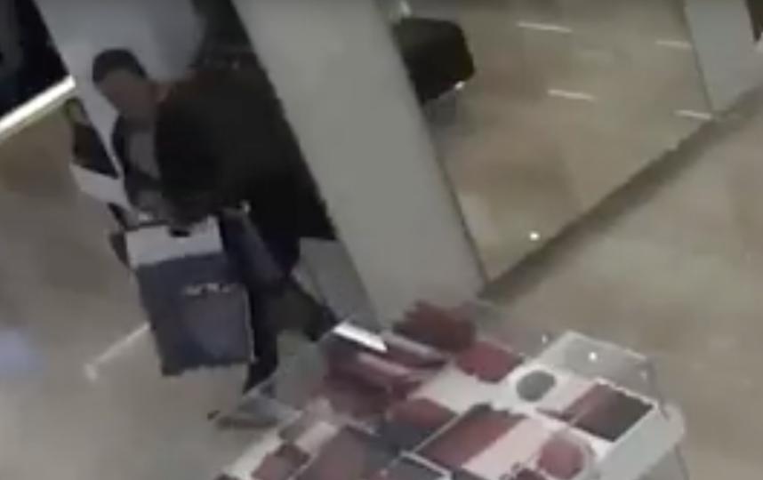 Женщина украла две сумки из ГУМа. Фото Скриншот, Скриншот Youtube