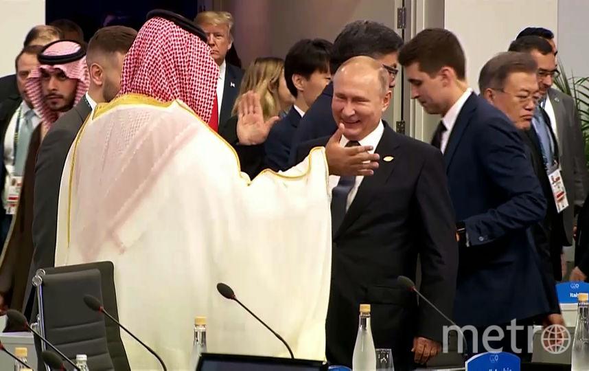 Владимир Путин здоровается с принцем Саудовской Аравии. Фото AFP