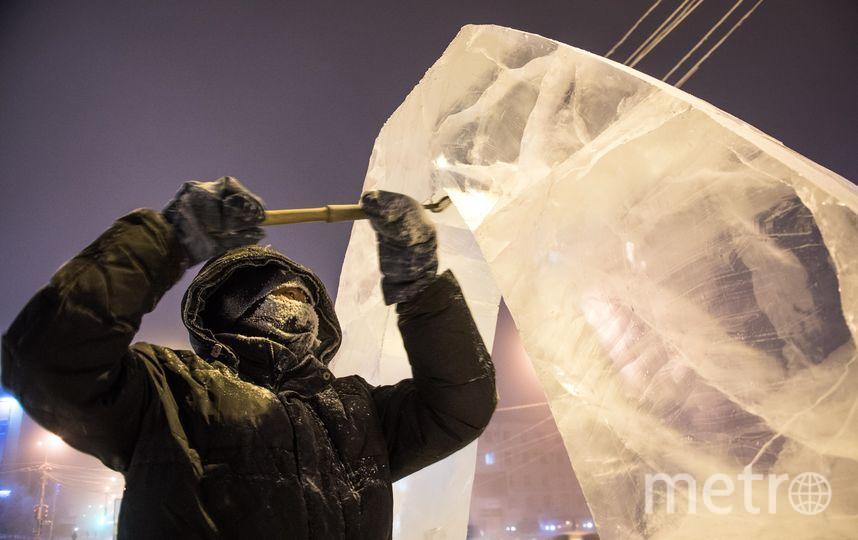 За работой над ледяными фигурами. Фото AFP
