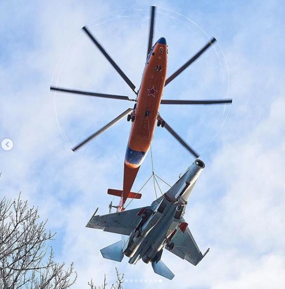 Это уже вторая транспортировка, проведённая вертолётчиками, ранее они таким же образом доставили истребитель Су-27. Фото официальный блог Минобороны России в Instagram