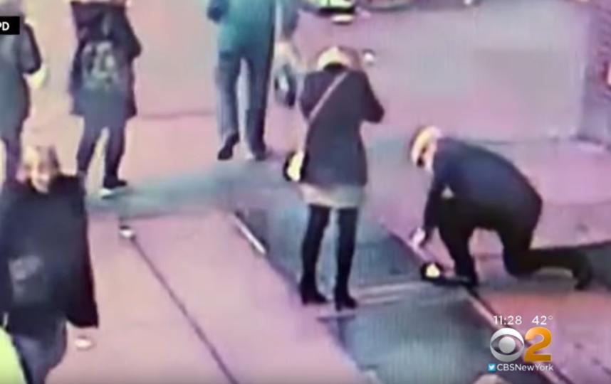 От волнения мужчина выронил кольцо из рук. Фото Скриншот https://www.youtube.com/watch?v=jPZbUIDj6lE, Скриншот Youtube