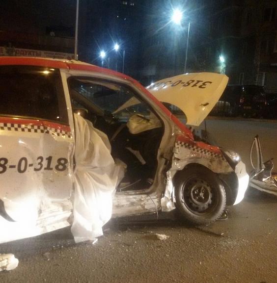Пассажирка такси скончалась на месте: в Петербурге произошло страшное ДТП. Фото  vk.com/spb_today