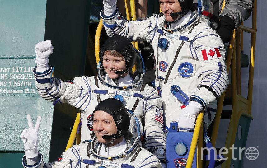 Космонавты готовы к экспедиции. Снизу вверх - Олег Кононенко, Энн Макклейн, Давид Сен-Жак. Фото AFP