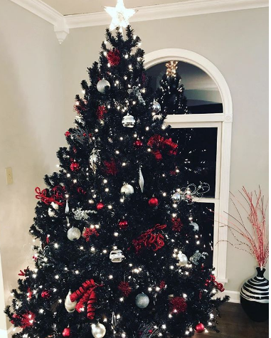 Чёрная ёлка. Фото instagram.com/laura_kayg