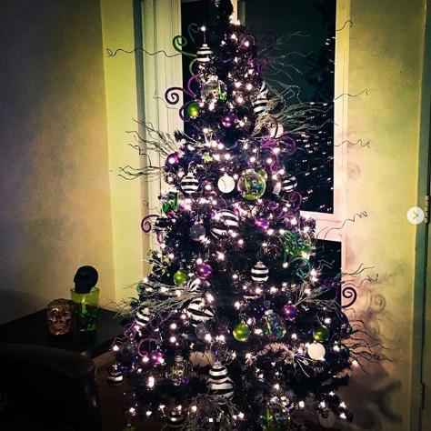 Чёрная ёлка. Фото instagram.com/lecymae.hem