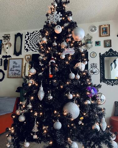 Чёрная ёлка. Фото instagram.com/crystwal_ayala