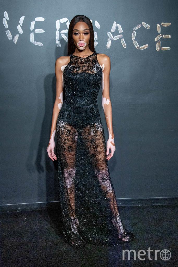 Винни Харлоу на шоу Versace. Фото Getty