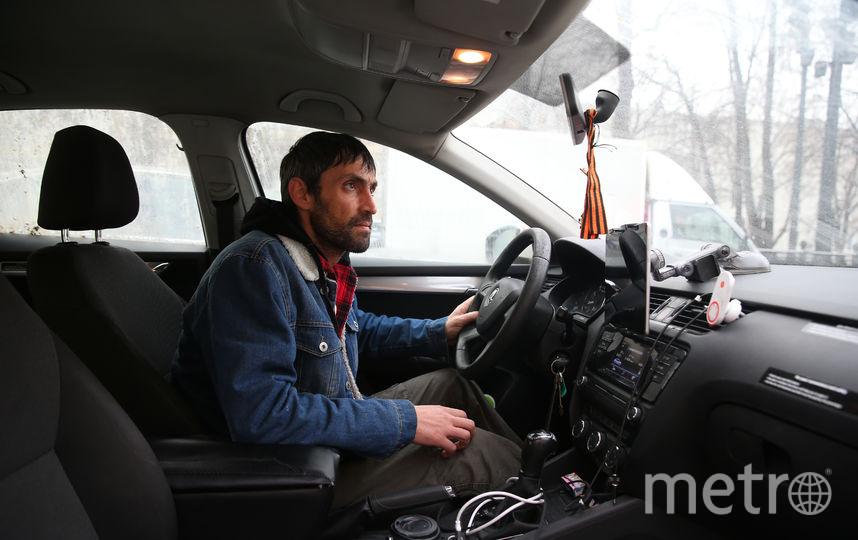 Водитель московского такси Роман Катареничев устроил голодовку с требованием вернуть ему нормальные условия работы. На машине таксиста написано «03.12.18», «Голодовка», «Бойкот». Фото Василий Кузьмичёнок