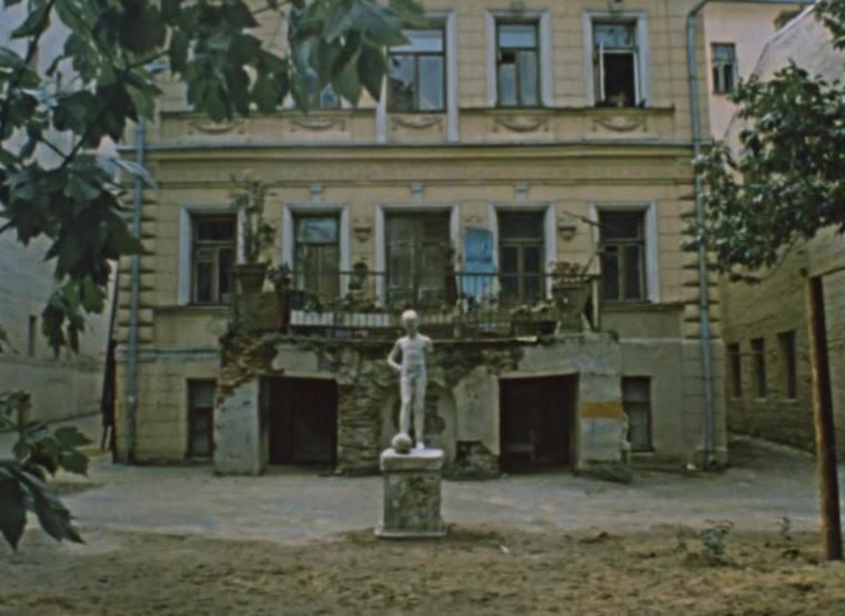 Та самая скульптура мальчика с мячом в кинокартине... Фото Кадр из фильма «Покровские ворота»