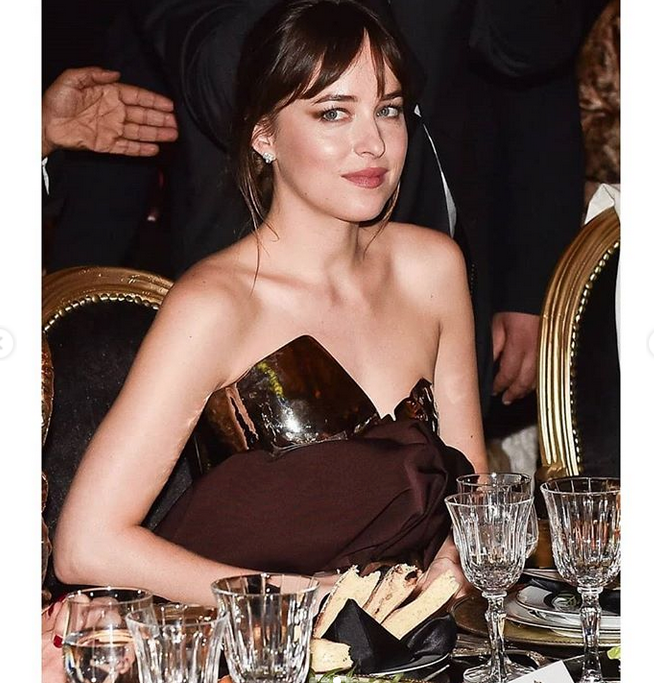 "Дакота Джонсон в ""железном лифчике"". Фото скриншот www.instagram.com/dakota.johnson._/"