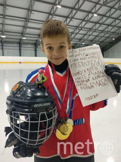 """Максим очень любит играть в хоккей, активно тренируется с 3х лет , мечтая стать чемпионом мира. В группе детского сада старается всегда всем помогать и каждый день делать хотя бы по одному доброму делу. Максим недавно научился писать буквы, это первое его самостоятельное письмо. Деда Мороза на коньках делал сам под присмотром своего деда, из пластилина ( на шлем пожертвовал любимый волчок). Фото Афонина Александра, """"Metro"""""""