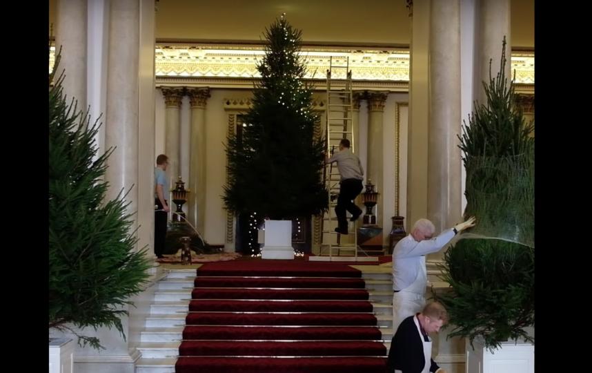 Букингемский дворец украсили к праздникам. Фото royal.uk, Скриншот Youtube