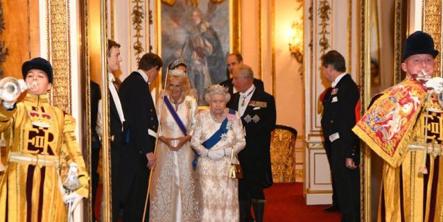 Королева Елизавета II, принц Чарльз и его супруга Камилла, принц Уильям и Кейт Миддлтон.