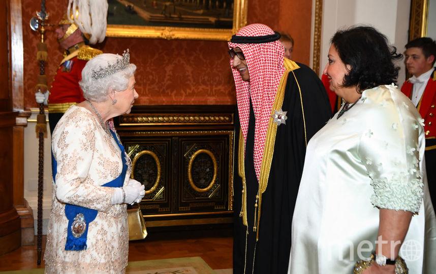 Королева Елизавета II с гостями вечера. Фото Getty