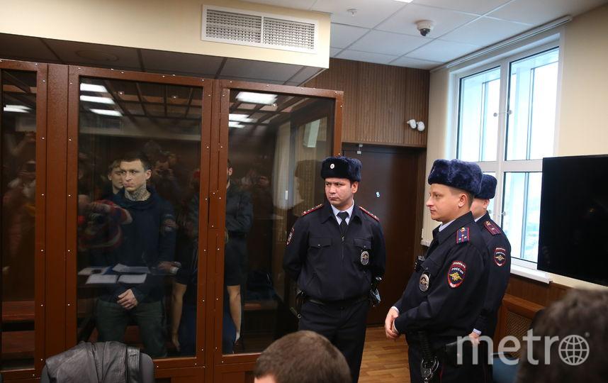 Павел Мамаев и Александр Кокорин (на заднем плане) в одной клетке в зале Тверского районного суда. Фото Василий Кузьмичёнок