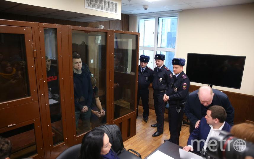 Кокорин и Мамаев в одной клетке в здании Тверского районного суда. Фото Василий Кузьмичёнок
