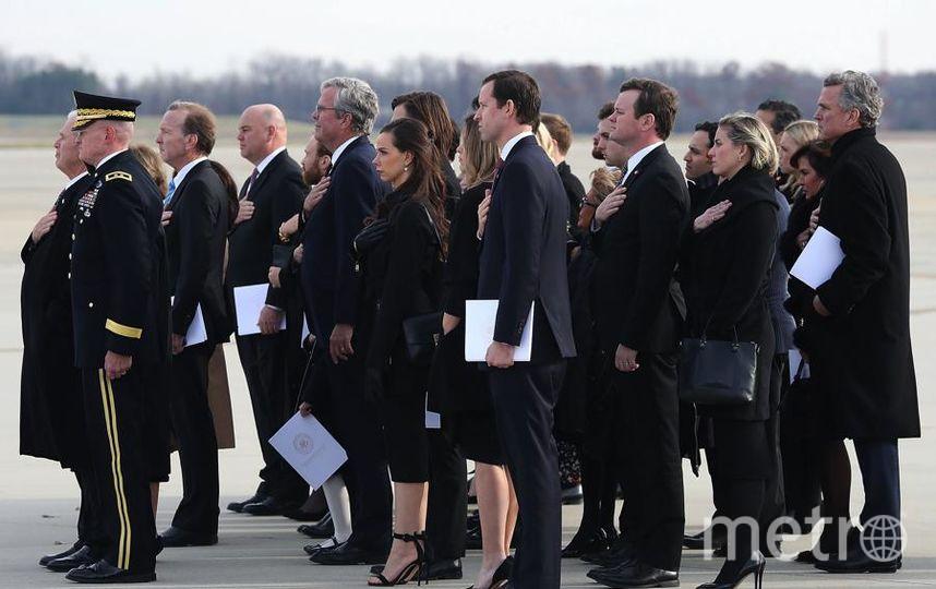 Гроб с телом президента доставили в Хьюстон. Члены семьи Буша провожали гроб на летном поле в Вашингтоне. Фото Getty