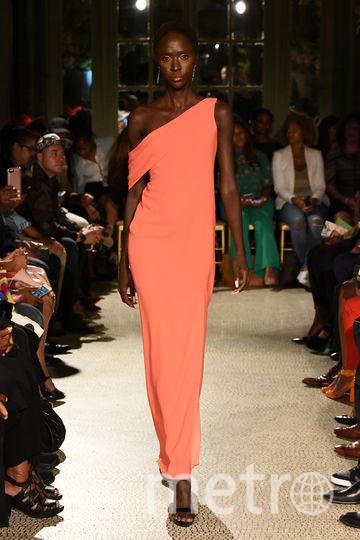 """Подборка платьев самого модного в следующем году цвета """"Живой коралл"""". Фото Getty"""