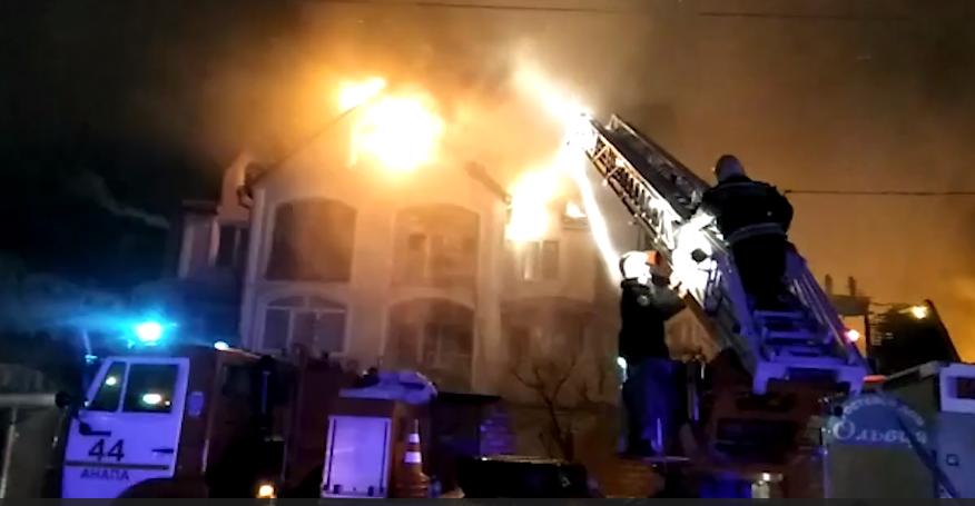 В Анапе горит сразу три дома. Фото все - скриншот видео http://23.mchs.gov.ru/