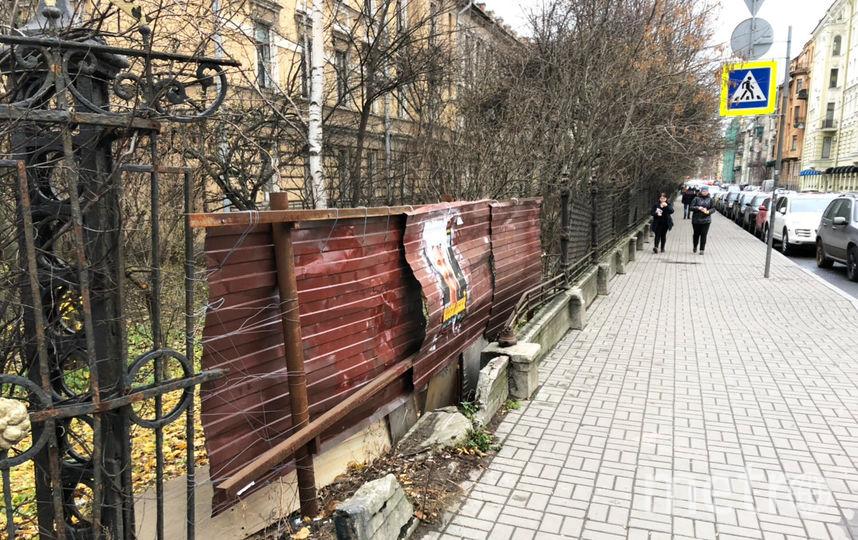 В Петербурге рушится фасад здания Военной академии связи. Фото предоставлено активистами, vk.com