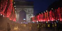 Огни гирлянд и пожаров: как сейчас выглядит Франция после погромов (фото)