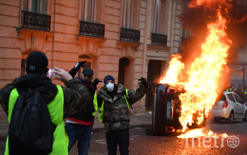 Огни гирлянд и пожаров: Франция после погромов. Фото Getty