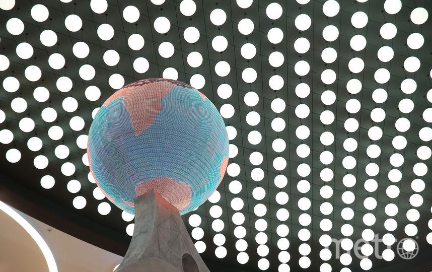 На 4-м этаже двигается и меняет цвета кинетическая инсталляция. Фото Василий Кузьмичёнок