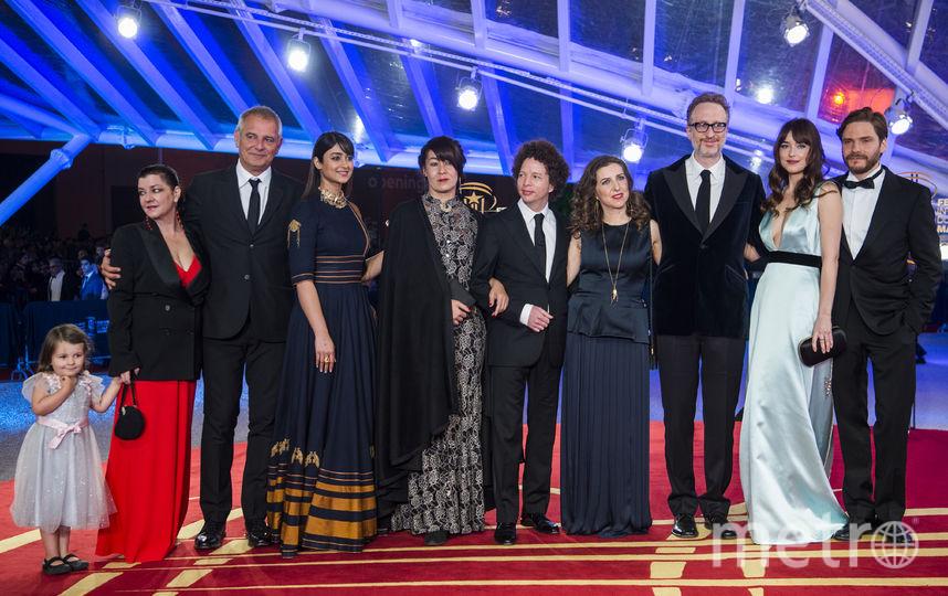 Дакота Джонсон и другие на кинофестивале. Фото AFP