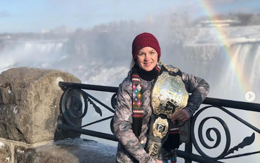 Валентина Шевченко с чемпионским поясом UFC на фоне Ниагарского водопада. Фото www.instagram.com/bulletvalentina