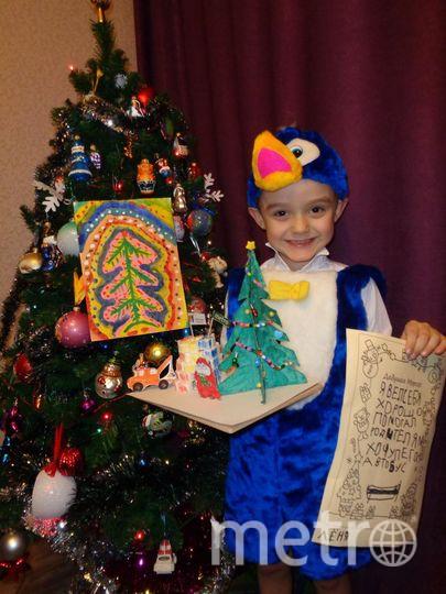 """Он сам написал Деду Морозу письмо, нарисовал для него рисунок, сделал Ёлку и построил целый Дом, в котором можно жить на Южном Полюсе. Фото  Яковлева Виктория , """"Metro"""""""